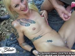 Blondes Privatgirl Kitty Blair bei Orgie ohne Kondom